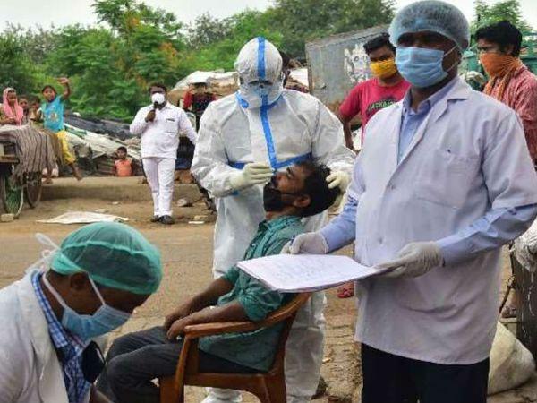 गुरुवार को राजधानी लखनऊ में 23 दिन बाद पॉजिटिव केस में गिरावट दर्ज की है। आज 659 नए केस मिले। इससे पहले एक सितंबर को 622 मरीज मिले थे। - Dainik Bhaskar