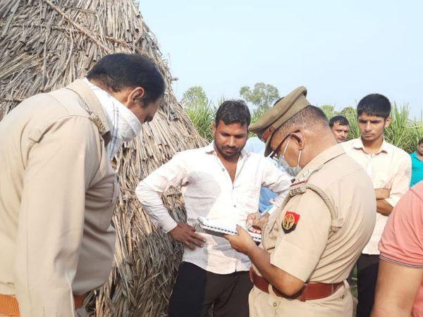 बागपत पुलिस जांच करते हुए।