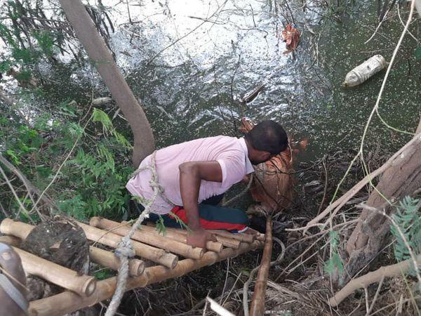 बागपत में तालाब से शहर बाहर निकालते ग्रामीण। - Dainik Bhaskar