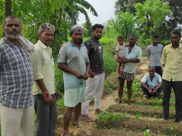 खेत में कृषि बिल पर चर्चा करते किसान।