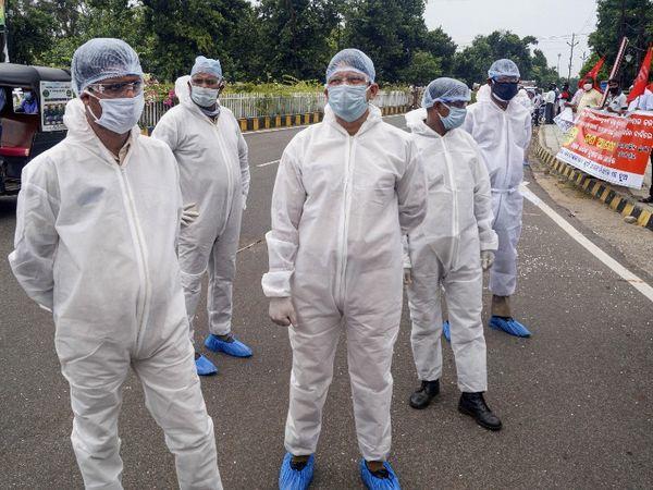 फोटो ओडिशा की राजधानी भुवनेश्वर की है। यहां कृषि बिल के विरोध में किसानों ने धरना दिया। सुरक्षा में तैनात पुलिसकर्मी कोरोना से बचाव के लिए पीपीई किट पहने दिखे। - Dainik Bhaskar