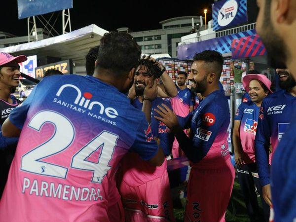 जीत के बाद राहुल तेवतिया को उनकी टीम के मेंबर्स ने कुछ अंदाज में बधाई दी।