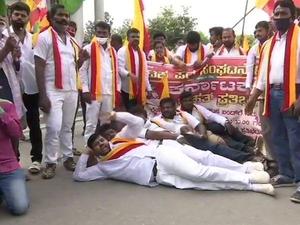 बेंगलुरु में किसान संगठनों के कार्यकर्ताओं ने जमीन पर लेटकर प्रदर्शन किया।