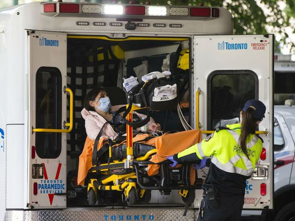 कनाडा की राजधानी टोरंटो में मरीज को एंबुलेंस से उतारकर अस्पताल ले जाती हेल्थ वर्कर। कनाडा में अब तक डेढ़ लाख से ज्यादा लोग संक्रमित मिले हैं।- फाइल फोटो - Dainik Bhaskar