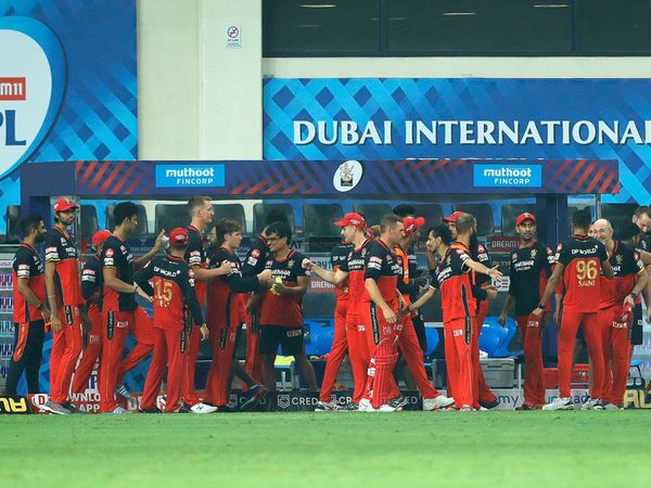 रॉयल चैलेंजर्स बेंगलूरु और मुंबई इंडियंस के बीच दुबई में आईपीएल-13 का 10 वां मैच सुपर ओवर में गया, जिसे बेंगलुरु ने जीत लिया। (फोटो-आईपीएल) - Dainik Bhaskar