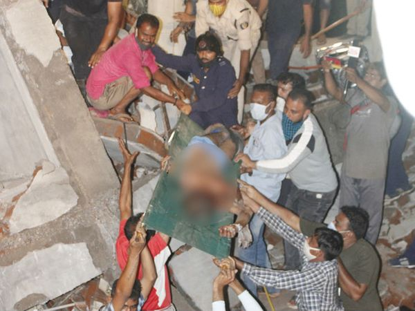 मलबे से दो शव और एक बच्चे समेत चार लोगों को जिंदा निकाला गया। बाद में इनमें से एक की मौत हो गई।