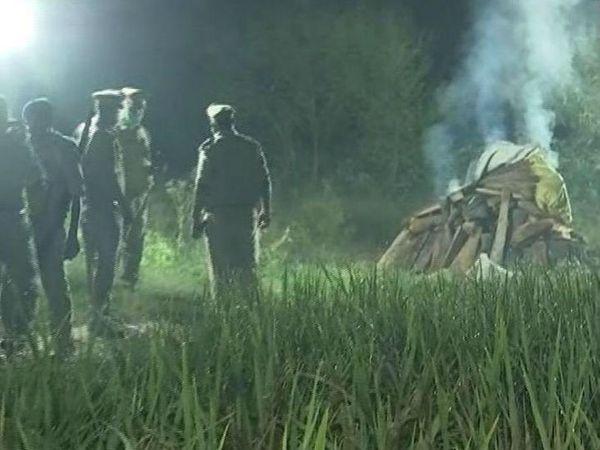 पुलिस पर आरोप है कि अंतिम संस्कार के दौरान पीड़ित परिवार के एक भी सदस्य को मौजूद नहीं रहने दिया, बल्कि पुलिस ने खुद ही लाश जला दी।