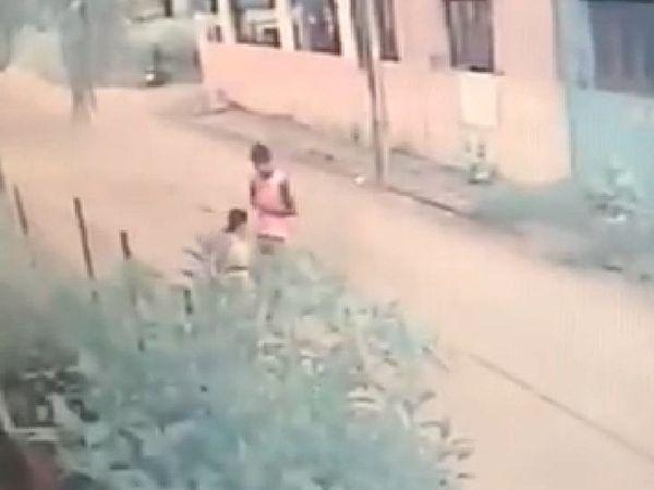 महिला को शक होने पर उसने बचने की कोशिश की।