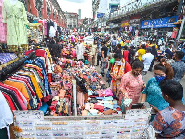 यह फोटो कोलकाता की है। कोरोना महाममारी के बावजूद दुर्गा पूजा को लेकर बाजार में लोगों की भीड़ बढ़ने लगी है। - Dainik Bhaskar