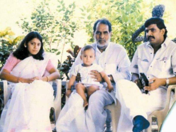 आनंद मोहन के घर बड़े नेताओं का आना-जाना लगा रहता था। इस तस्वीर में जो दिख रहे हैं, वो हैं पूर्व प्रधानमंत्री चंद्रशेखर। एक समय बिहार में आनंद मोहन को लालू का विकल्प देखा जाने लगा था।