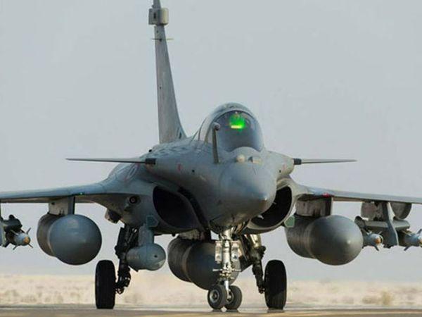 राफेल विमान स्टील्थ टेक्नोलॉली से लैस है। भारत ने भी फ्रांस से राफेल विमान खरीदा है। इसका पहला बैच 29 जुलाई को भारत पहुंचा था।- फाइल फोटो - Dainik Bhaskar