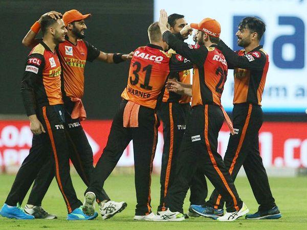 राशिद खान (दाएं) ने मैच में 3 विकेट लिए। यह पहला मौका है जब आईपीएल के इस सीजन में उनका जादू देखने को मिला है। - Dainik Bhaskar