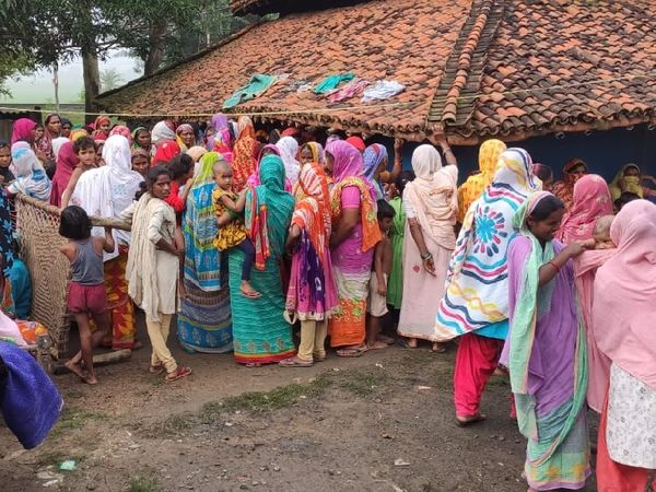 घटनास्थल पर जुटी ग्रामीणों की भीड़। पुलिस फरार आरोपी पति की तलाश की जा रही है। - Dainik Bhaskar