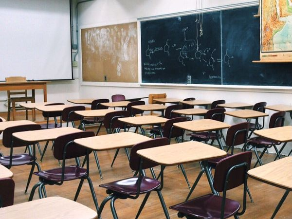 गृह मंत्रालय ने कहा है कि स्कूल, कॉलेज और कोचिंग संस्थान खोलने का फैसला उनके प्रबंधन के साथ बात करके लिया जा सकता है।- फाइल फोटो - Dainik Bhaskar