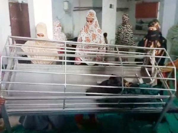 दुकान का एक-एक कर सारा सामान मस्जिद के बाहर निकाल दिया।