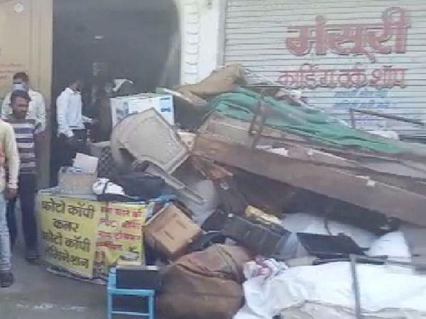 महिलाओं ने दुकान का सारा सामान उठाकर सड़क पर फेंक दिया।