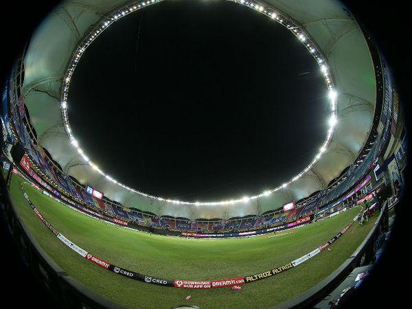 फिश आई लेंस से ली गई दुबई क्रिकेट स्टेडियम की फोटो।