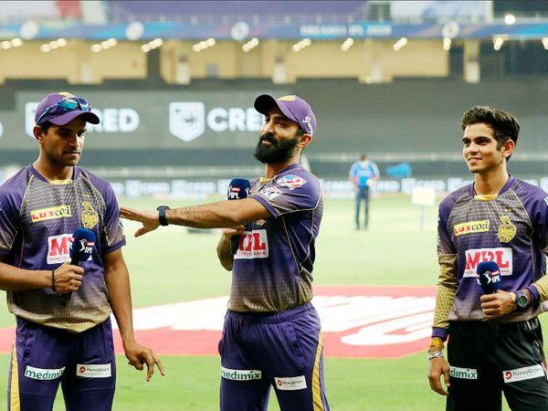 जीत के हीरो रहे कोलकाता के गेंदबाज कमलेश नागरकोटी और शिवम मावी (दाएं)। दोनों ने 2-2 विकेट लिए। बीच में कप्तान दिनेश कार्तिक।