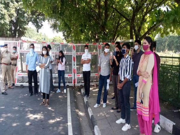 इस दौरान स्टूडेंट्स ने वीसी और डीएसडब्ल्यू के विरोध में नारे भी लगाए। (फोटो: अश्विनी राणा). - Dainik Bhaskar
