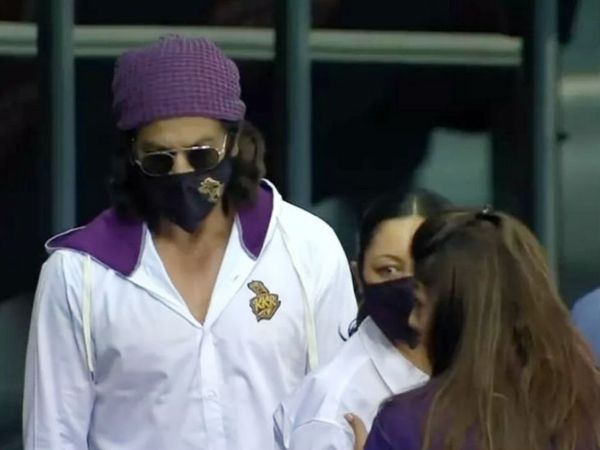 दुबई क्रिकेट स्टेडियम में एंट्री करते हुए शाहरुख खान।