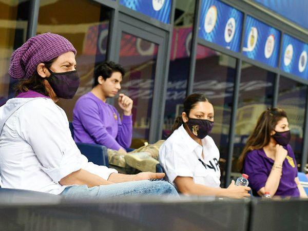शाहरुख खान पत्नी गौरी और बेटे आर्यन के साथ दुबई में कोलकाता नाइट राइडर्स का मैच देखने पहुंचे। - Dainik Bhaskar