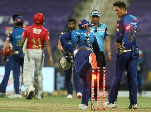 मैच जीतने के बाद मुंबई के क्विंटन डिकॉक और ट्रेंट बोल्ट मस्ती के मूड में नजर आए।