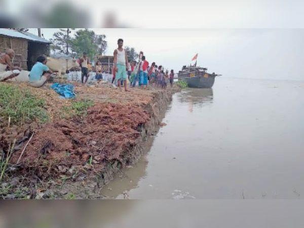 बेलदौर के इतमादी पंचायत स्थित पचबग्घी गांधीनगर में कटाव को देखते लोग। - Dainik Bhaskar