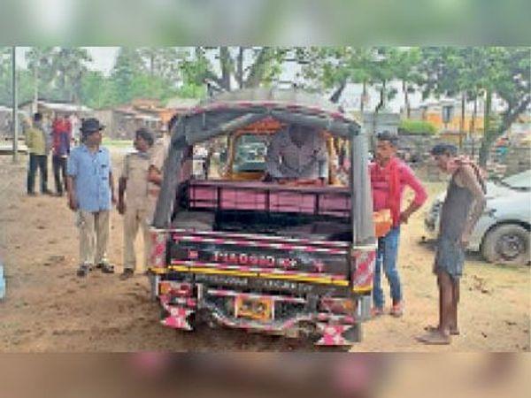 मृतका के शव को पोस्टमार्टम के लिए ले जाती पुलिस - Dainik Bhaskar