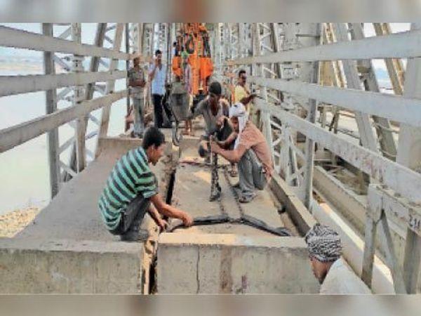 कोईलवर पुल के उत्तरी सड़क मार्ग पर काम करते टेक्नीशियन - Dainik Bhaskar