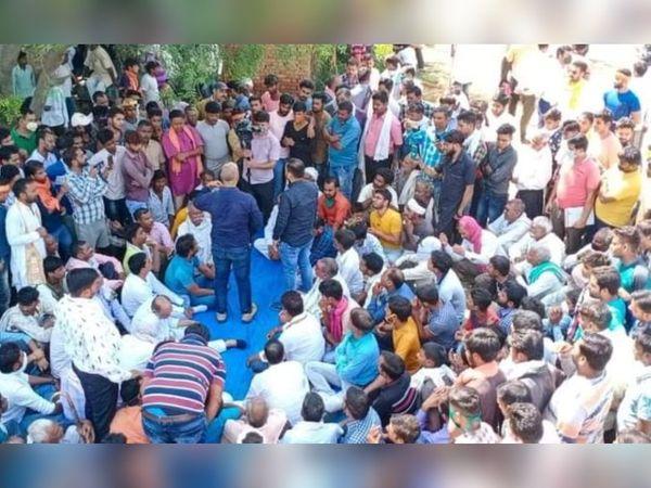 शुक्रवार को गैंगरेप पीड़िता के गांव बूलगढ़ी के पास ही स्थित बघना गांव में 12 गांवों के ठाकुरों और सवर्णों की पंचायत हुई, जिसमें आरोपियों की रिहाई के लिए अभियान चलाने का फैसला लिया गया। - Dainik Bhaskar