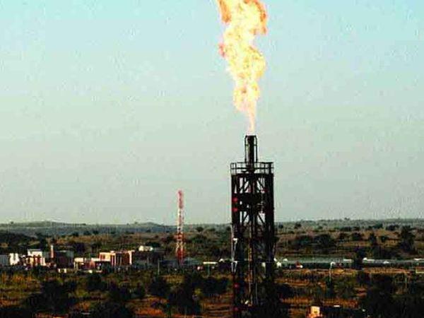 बाड़मेर के मंगला तेल क्षेत्र में तेल कुआ। - Dainik Bhaskar