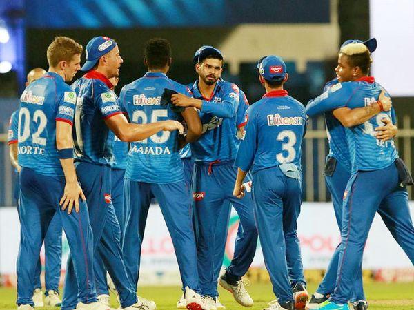 मैच जीतने के बाद दिल्ली कैपिटल्स। टीम ने इस सीजन में अब तक 4 में से 3 मैच जीते हैं। - Dainik Bhaskar