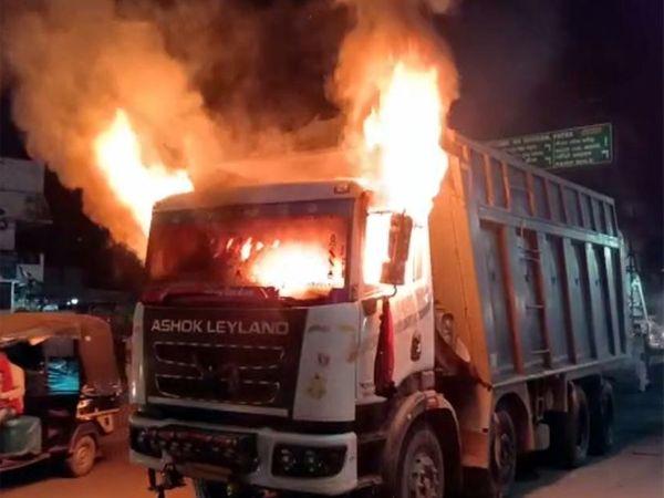 आक्रोशित लोगों ने हाइवा में आग लगा दिया, जिससे वह धू-धू कर जलने लगी। - Dainik Bhaskar