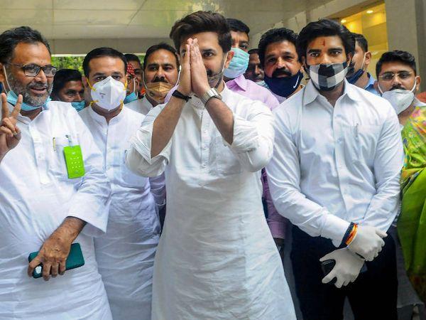 रविवार को नई दिल्ली में बिहार विधानसभा चुनाव के मुद्दे पर लोक जनशक्ति पार्टी के संसदीय दल की बैठक हुई। पार्टी ने तय किया कि बिहार में वह जदयू से अलग होकर चुनाव लड़ेगी। बैठक के बाद लोजपा के अध्यक्ष चिराग पासवान आत्मविश्वास से भरे नजर आए। - Dainik Bhaskar
