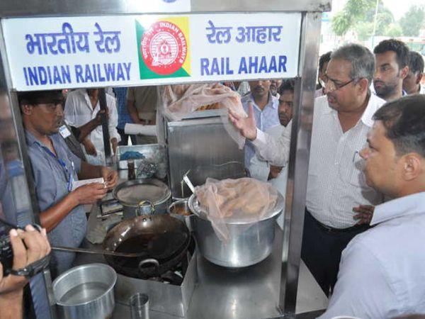 कोरोना संक्रमण के कारण रेलवे ने अपनी सभी रेग्युलर यात्री ट्रेनें 22 मार्च से सस्पेंड कर दी थी। - Dainik Bhaskar