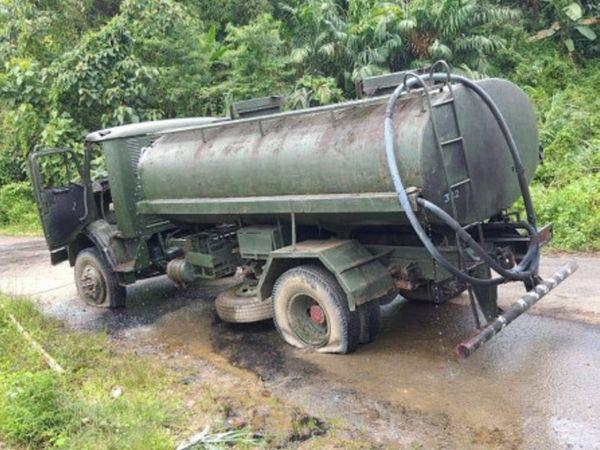 इसी पानी के टैंकर को लेकर असम राइफल्स के जवान जा रहे थे। इसे उग्रवादियों ने निशाना बनाया। - Dainik Bhaskar