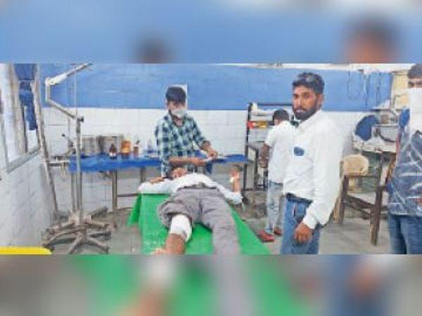 सदर अस्पताल में इलाजरत्त जख्मी युवक। - Dainik Bhaskar