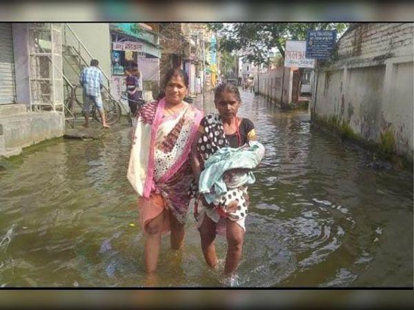मैरवा में जलजमाव से होकर गुजरतीं महिलाएं - Dainik Bhaskar