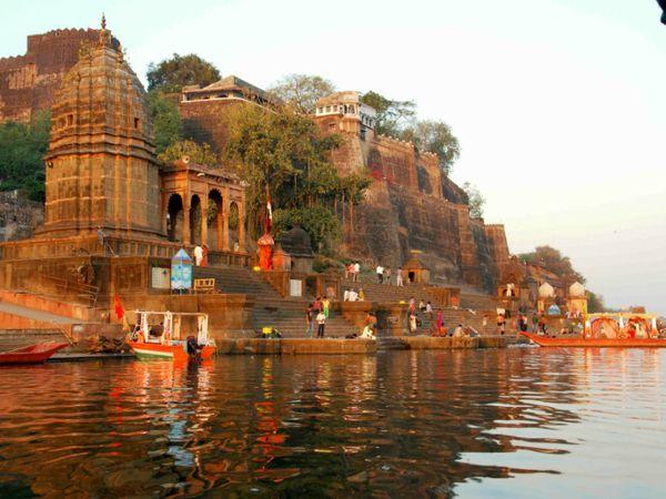 इंदौर के खासगी ट्रस्ट की संपत्तियों में महेश्वर का किला भी शामिल है और हरिद्वार का कुशावर्त घाट। 26 राज्यों में 246 संपत्तियां हैं। - Dainik Bhaskar