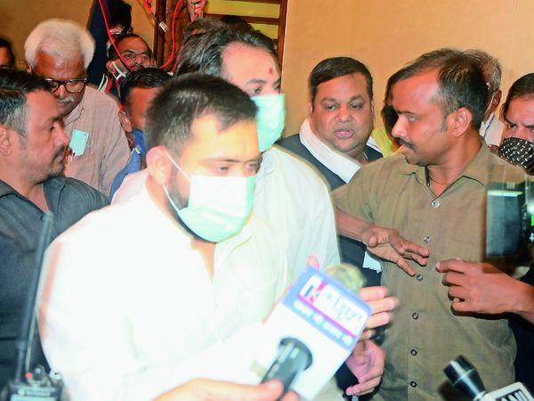 समर्थकों के बीच से निकलते तेजस्वी यादव। फाइल फोटो - Dainik Bhaskar