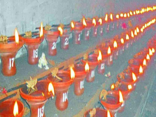 रायपुर जिला प्रशासन ने बुधवार को इसे लेकर गाइडलाइन जारी कर दी है।नवरात्रि पर मंदिरों में ज्योत जलाई जा सकेगी। हालांकि हमेशा की तरह इस पर ज्योत प्रज्ज्वलन का अधिकारी और दर्शन करने को श्रद्धालुओं को नहीं मिलेगा। - Dainik Bhaskar