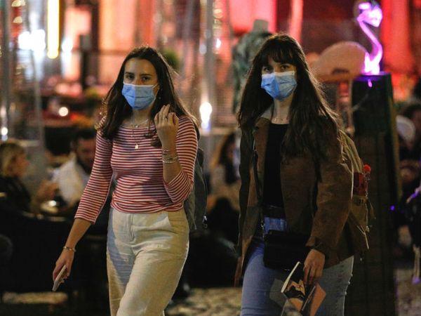 यह फोटो इटली की राजधानी रोम की है। यहां प्रशासन ने घर से बाहर निकलने पर मास्क पहनना अनिवार्य कर दिया है। - Dainik Bhaskar