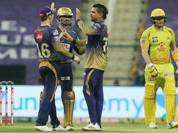 कोलकाता नाइट राइडर्स के सुनील नरेन ने चेन्नई सुपर किंग्स के ओपनर शेन वॉटसन को आउट किया। वॉटसन ने 40 बॉल पर 50 रन बनाए। - Dainik Bhaskar