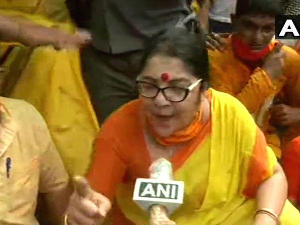 प्रदर्शन के दौरान लॉकेट चटर्जी। लॉकेट बंगाल की मशहूर अभिनेत्री हैं।