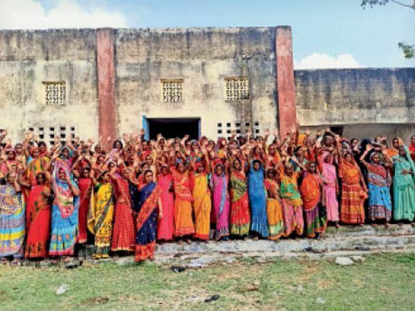 लेखापाल को पद से हटाने की मांग करतीं जीविका दीदियां। - Dainik Bhaskar