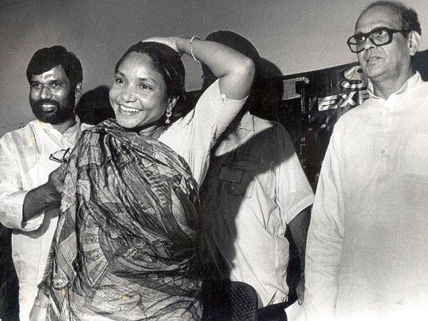 पूर्व प्रधानमंत्री वीपी सिंह और सांसद फूलन देवी के साथ रामविलास पासवान। - Dainik Bhaskar