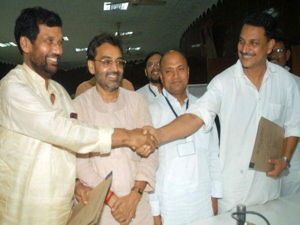 नरेंद्र मोदी सरकार वन के दौरान एक कार्यक्रम में रामविलास पासवान, राजीव प्रताप रुडी, उपेंद्र कुशवाहा और आरसीपी सिंह।
