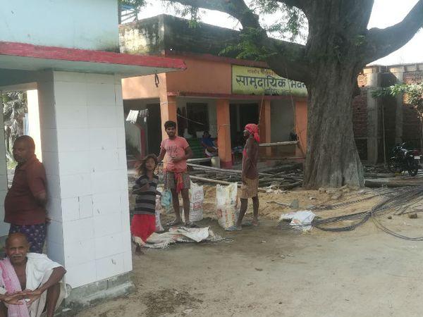 गांव वालों का कहना है कि जो सामुदायिक भवन नया बना है, उसमें ताला लगा रहता है।