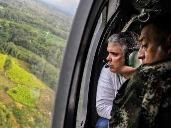 कोका के बागानों का सर्वे करते हुए कोलंबिया के राष्ट्रपति इवान ड्यूक। उनकी सरकार कोका को हर्बिसाइड की मदद से खत्म कर रही है।