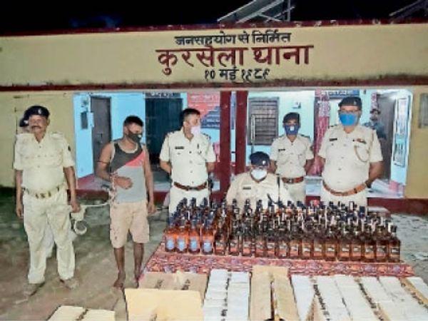 नकली बरामद शराब के साथ कुरसेला पुलिस (फाइल फोटो)। - Dainik Bhaskar